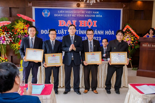 TS.LS. Nguyễn Đình Thơ, Chủ nhiệm Đoàn Luật sư tỉnh Khánh Hòa trao Giấy khen của Đoàn Luật sư cho các tổ chức, cá nhân được khen thưởng