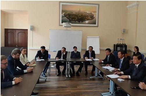 Các luật sư Saint Petersburg cùng các thành viên Đoàn công tác trao đổi về những thách thức trong hoạt động nghề nghiệp và mở ra cơ hội hợp tác giữa các tổ chức luật sư hai nước.