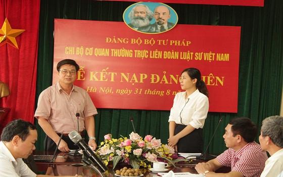 Đồng chí Đỗ Ngọc Thịnh, Bí thư Chi bộ trao quyết định và căn dặn đồng chí Nguyễn Thị An