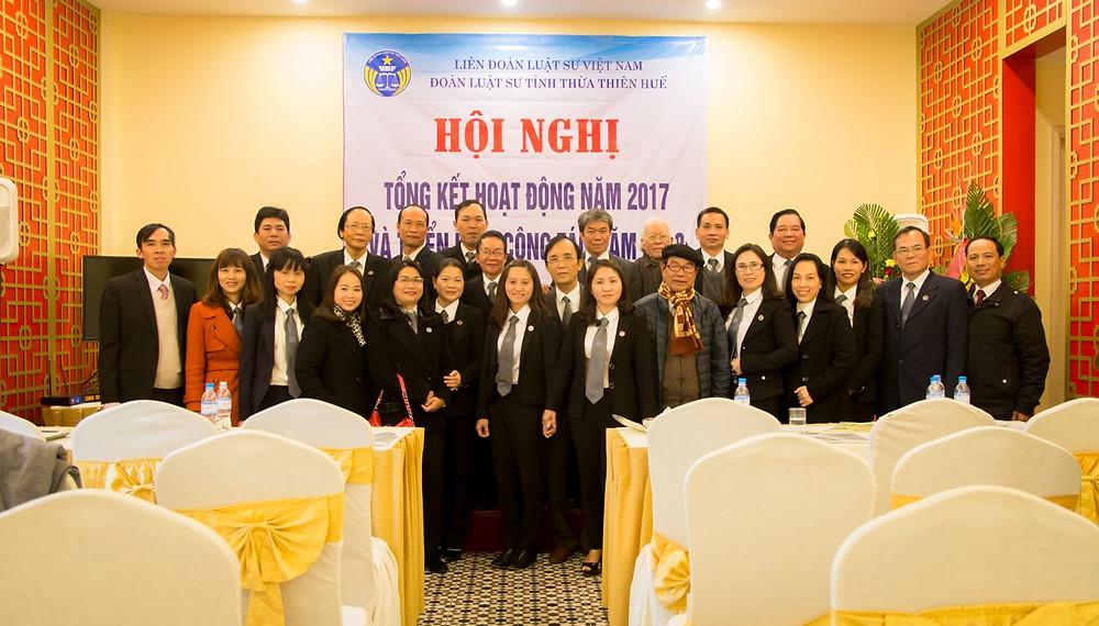 Đại biểu và các luật sư tham dự Hội nghị chụp ảnh lưu niệm