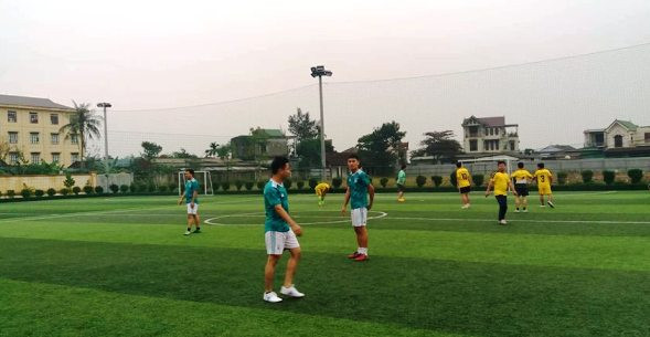 Quang cảnh hai đội thi đấu trên sân