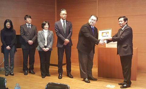 Đoàn công tác VBF và Hội Luật sư Aichi đã gửi tặng những món quà lưu niệm đầy ý nghĩa