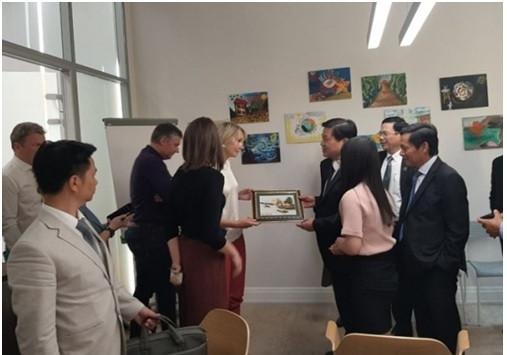 Luật sư Đỗ Ngọc Thịnh tặng quà lưu niệm cho Luật sư Irina Onikienko- đại diện Capital Legal Services