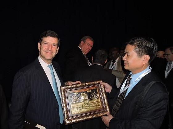 Luật sư Đỗ Ngọc Thịnh, Chủ tịch LĐLSVN tặng quà lưu niệm cho Luật sư David W Rivkin