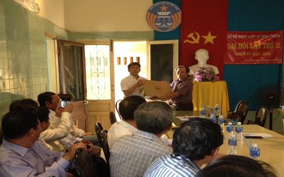 Đại diện Dự án JICA trao tặng máy vi tính cho Đoàn Luật sư tỉnh Bình Thuận