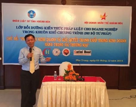 Luật sư Trần Hữu Huỳnh đang thuyết trình tại lớp bồi dưỡng