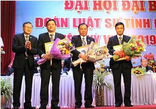 LS Nguyễn Văn Trung -  Phó Chủ tịch Liên đoàn Luật sư Việt Nam (bìa trái) trao Bằng khen của LĐLSVN cho các tập thể và cá nhân của Đoàn luật sư tỉnh Đồng Nai