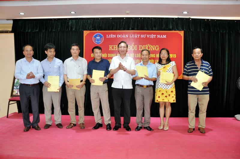 Các học viên được trao chứng chỉ hoàn thành khóa tập huấn.