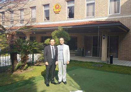 Luật sư Phan Trung Hoài và Luật sư Nguyễn Minh Tâm tại khuôn viên Đại sứ quán Việt Nam tại Nhật Bản