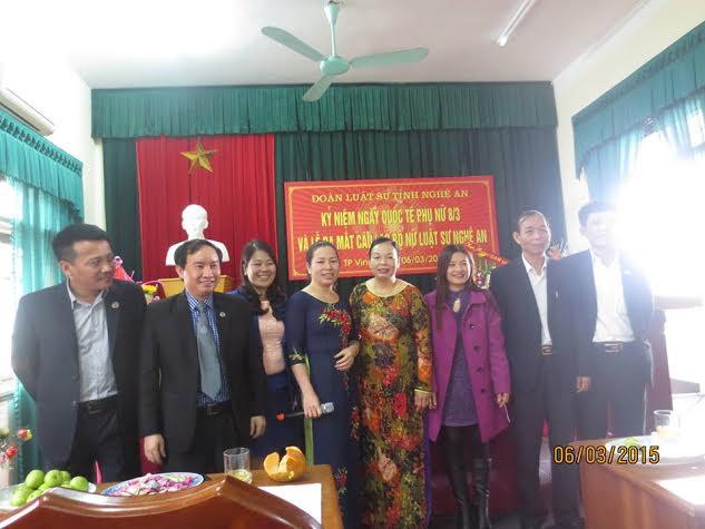 Ban chủ nhiệm Đoàn luật sư tỉnh Nghệ An chụp ảnh lưu niệm với Ban chấp hành CLB nữ luật sư Nghệ An