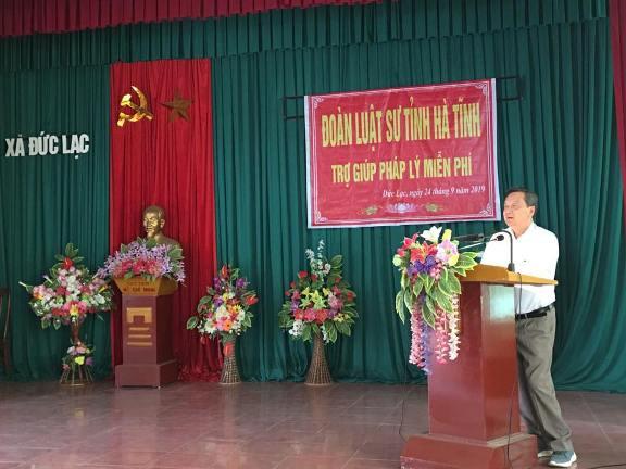 Luật sư Phan Duy Phong phổ biến pháp luật cho bà con