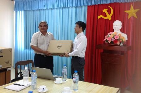 Luật sư Tsukahara trao tặng Đoàn Luật sư tỉnh Tiền Giang bộ máy vi tính