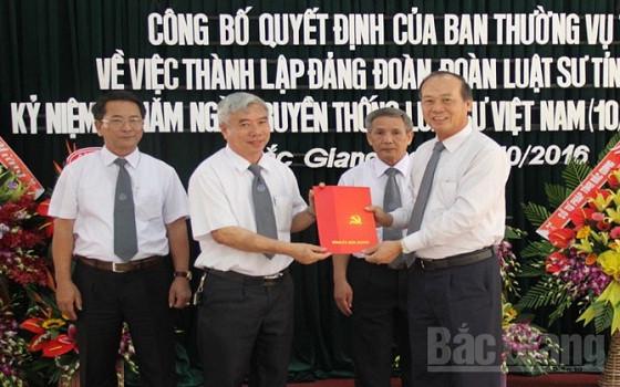 Phó Bí thư Thường trực Tỉnh ủy Thân Văn Khoa trao Quyết định thành lập Đảng đoàn cho Đoàn Luật sư tỉnh Bắc Giang.
