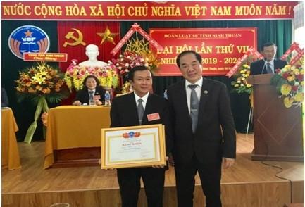 TS.LS. Phan Thông Anh trao Bằng khen của Liên đoàn Luật Sư VN cho ĐLS tỉnh Ninh Thuận