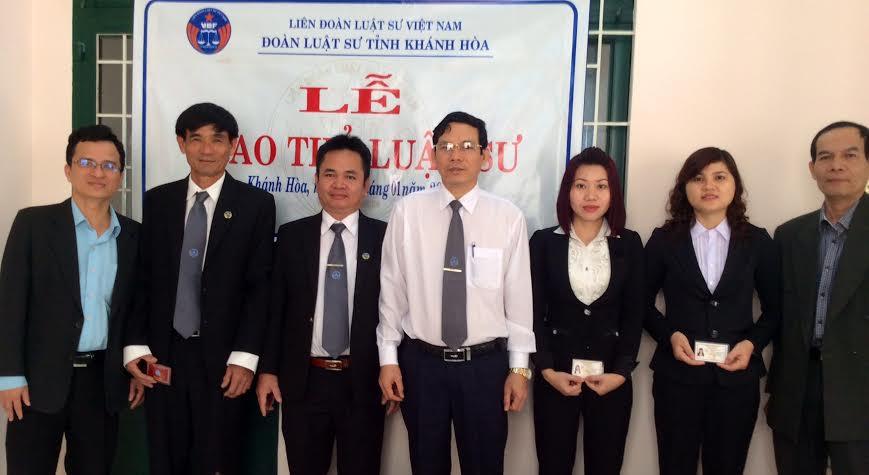 Ban Chủ nhiệm Đoàn luật sư tỉnh Khánh Hòa chụp ảnh lưu niệm với các luật sư mới gia nhập Đoàn