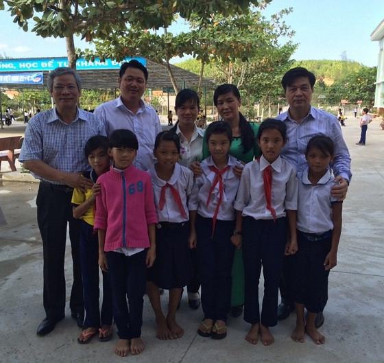 Chủ tịch LĐLSVN Đỗ Ngọc Thịnh (ngoài cùng bên phải hàng trên) chụp ảnh lưu niệm cùng các cháu học sinh tiểu học xã Khánh Bình