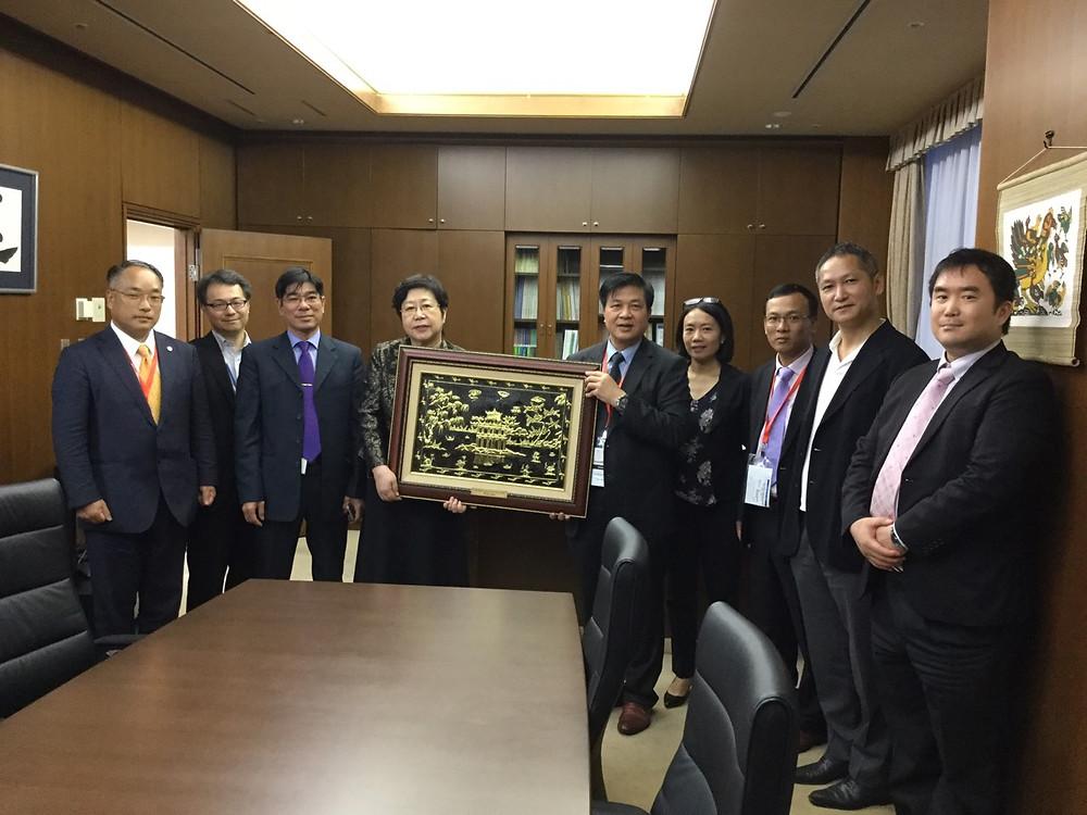 Chủ tịch TBA chụp ảnh lưu niệm với Đoàn công tác VBF
