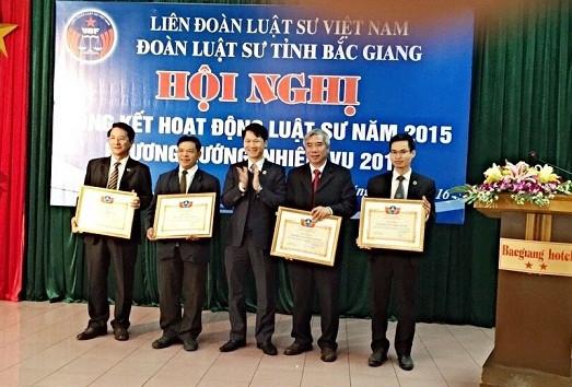 Chủ nhiệm Trần Văn An tặng bằng khen cho các cá nhân có thành tích trong năm 2015