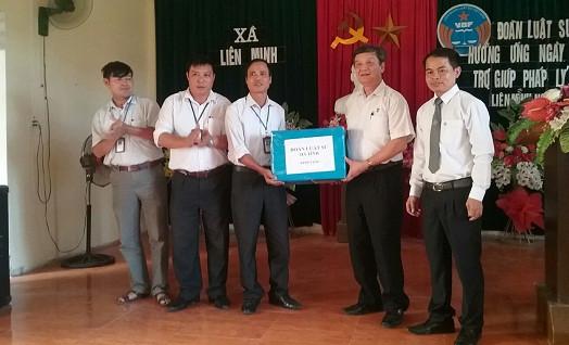 Đại  diện Đoàn luật sư tỉnh Hà Tĩnh trao tặng sách cho UBND xã