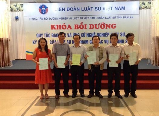 Ls Chu Đức Lưu trao giấy chứng nhận cho các luật sư tham dự khóa bồi dưỡng