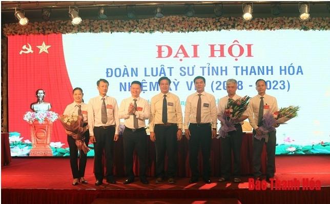 Đồng chí Đỗ Ngọc Thịnh, Chủ tịch Liên đoàn Luật sư Việt Nam và lãnh đạo Sở Tư pháp tặng hoa chúc mừng Ban Chủ nhiệm Đoàn Luật sư tỉnh nhiệm kỳ VIII (2018-2023)