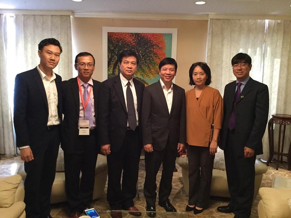 Đại sứ Việt Nam tại Nhật Bản Nguyễn Quốc Cường chụp ảnh chung với Đoàn