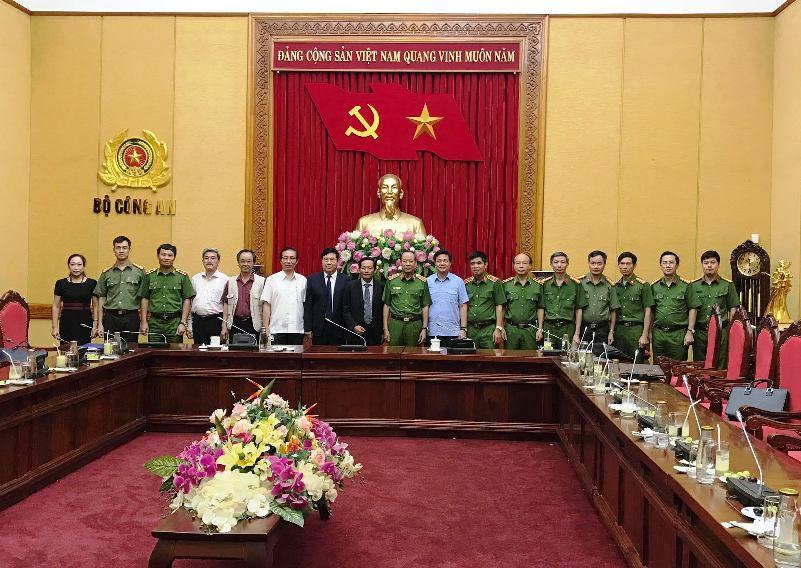 Thượng tướng Lê Quý Vương cùng Lãnh đạo các Cục chức năng chụp ảnh lưu niệm với Thường trực và đại diện một số Ủy ban trực thuộc của LĐLSVN