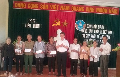 Luật sư Phan Duy Phong trao các suất quà cho các hộ gia đình có hoàn cảnh khó khăn