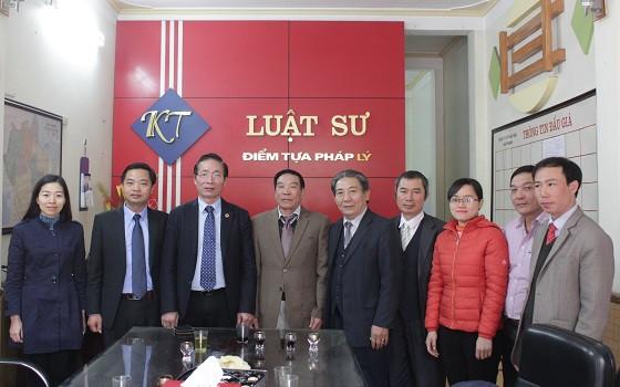 Phó Chủ tịch Nguyễn Văn Chiến chụp ảnh lưu niệm cùng Ban Chủ nhiệm ĐLS tỉnh Hà Nam