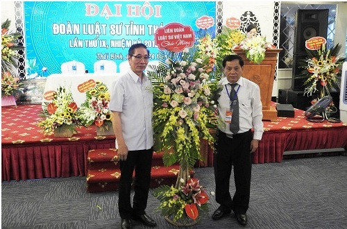 LS Nguyễn Văn Chiến – Phó Chủ tịch LĐLSVN - tặng hoa của LĐLSVN chúc mừng Đại hội