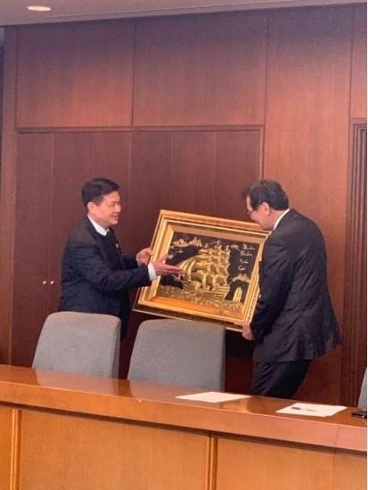 TS.LS Đỗ Ngọc Thịnh tặng quà Chủ tịch Liên đoàn Luật sư Nhật Bản.
