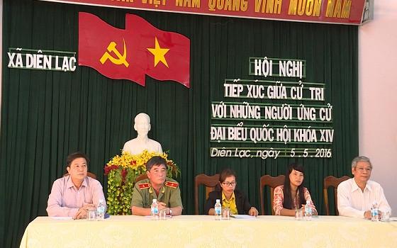Đại biểu ứng cử tại đơn vị bầu cử số 3 đang lắng nghe các câu hỏi của cử tri