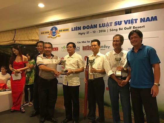 Nhà tài trợ trao giải ba bảng C cho ông Mai Xuân Bình (Chánh án TAND quận 1 TPHCM)