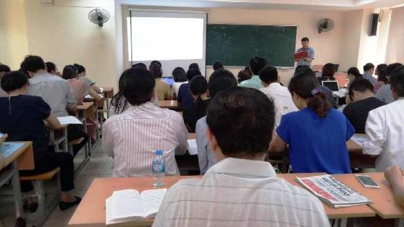 Giảng viên giải đáp những thắc mắc từ phía học viên