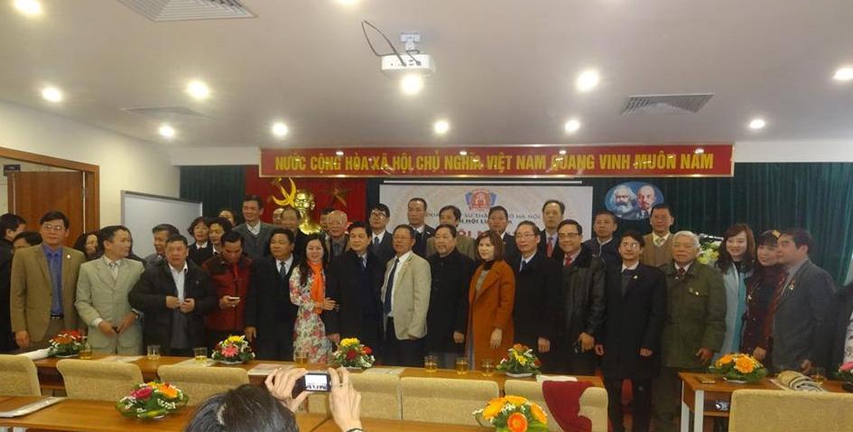 Các đại biểu tham dự hội nghị chụp ảnh lưu niệm với Chủ tịch LĐLSVN Đỗ Ngọc Thịnh