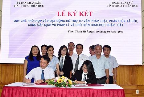 Phó Chủ tịch UBND tỉnh Phan Thiên Định và Luật sư Đặng Thị Ngọc Hạnh, Chủ nhiệm đoàn Luật sư tỉnh ký kết quy chế phối hợp