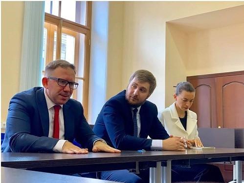 Các luật sư đại diện Ủy ban Hợp tác quốc tế Đoàn luật sư Saint Petrsburg trong buổi tiếp và làm việc với Đoàn công tác LĐLSVN, sáng ngày 02/8/2019.