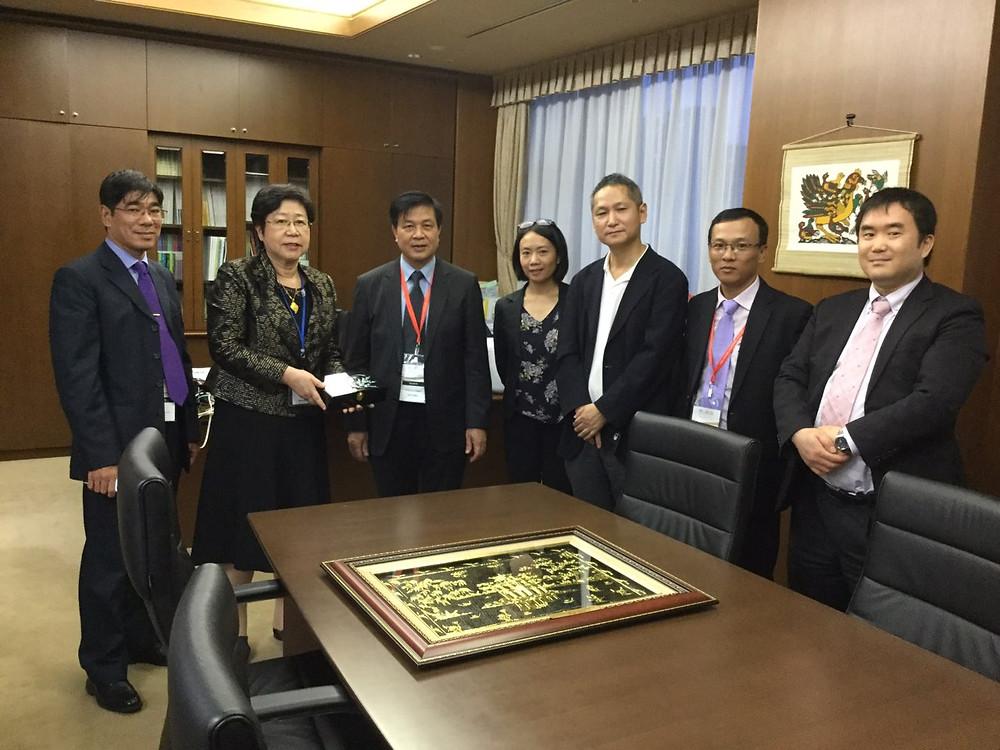 Đoàn tặng quà lưu niệm cho Đoàn Luật sư Tokyo