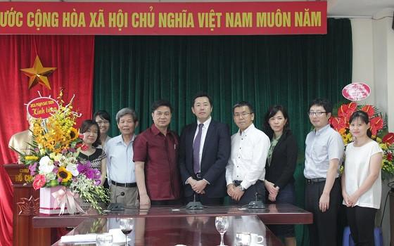 Chủ tịch Đỗ Ngọc Thịnh (thứ 4 từ trái sang) chụp ảnh lưu niệm với đoàn Dự án JICA