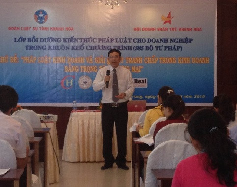TS.LS. Nguyễn Đình Thơ đang thuyết trình tại lớp bồi dưỡng