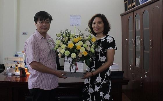 Bà Cao Minh Phượng tặng hoa chúc mừng Chủ tịch Đỗ Ngọc Thịnh