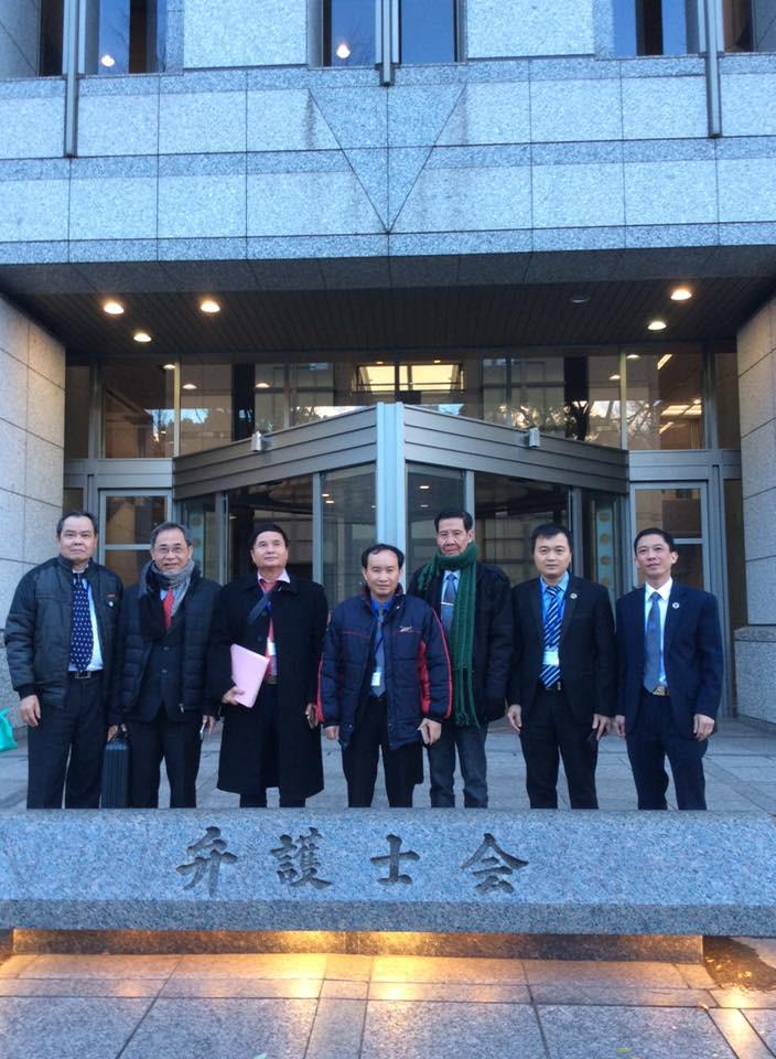 Đại biểu Luật sư Việt Nam trước Trụ sở JFBA