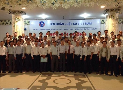 TS.LS Đỗ Ngọc Thịnh, Luật sư Nguyễn Minh Tâm (giữa) chụp ảnh lưu niệm với các luật sư khu vực Tây Nguyên