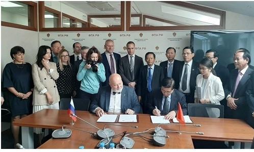 Luật sư Yury Pilipenko- Chủ tịch LĐLS LB Nga và Luật sư Đỗ Ngọc Thịnh- Chủ tịch LĐLSVN đặt bút ký Thỏa thuận hợp tác giữa hai nước.