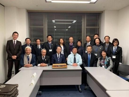 Các thành viên Đoàn công tác chụp ảnh lưu niệm với các luật sư Nhật Bản.