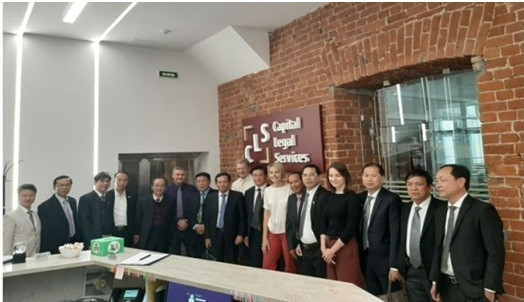 Đoàn công tác LĐLSVN chụp ảnh lưu niệm với các thành viên sáng lập Capital Legal Services.