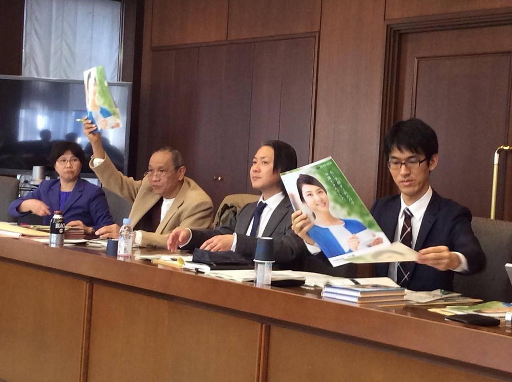 Các luật sư Nhật Bản đang giới thiệu với đoàn công tác về hình ảnh đại diện của Nichibenren