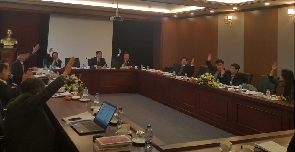 Các ủy viên Ban Thường vụ LĐLSVN biểu quyết nhất trí các nội dung bàn thảo