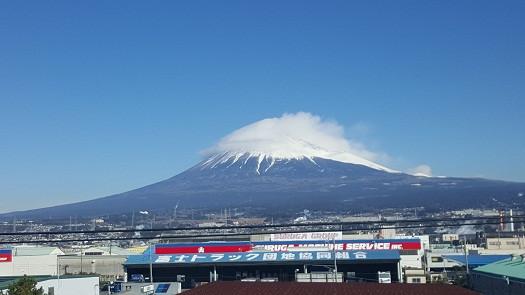 Đỉnh núi Fuji nhìn từ tàu siêu tốc Shinkansen từ Tokyo đi Nagoya (Ảnh: Hoài Phan)