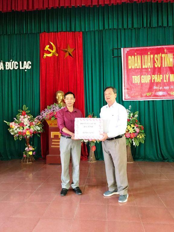 Trao tặng sách pháp luật cho UBND xã Liên Minh